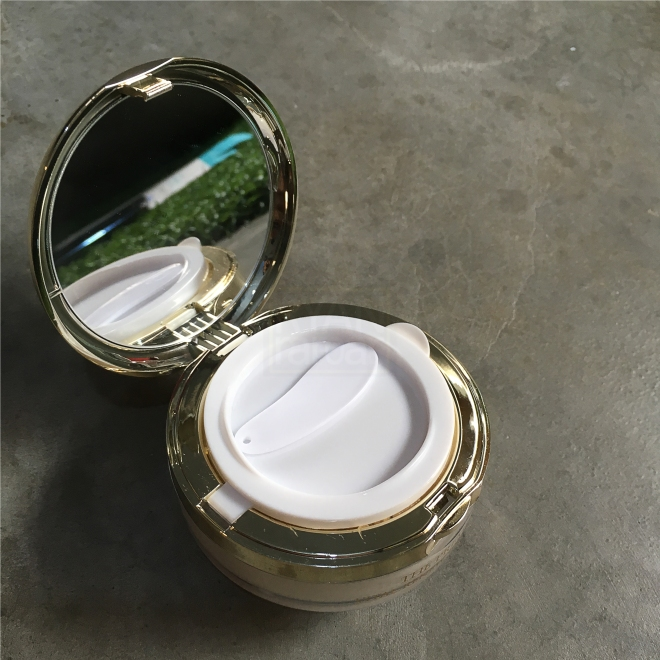 (When the jar is opened, there is a white flap just like what you would find in a BB cushion)